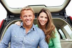 Couples à l'extérieur avec le véhicule Image libre de droits