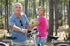 Couples à l'extérieur sur une conduite de vélo Image stock