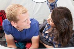 Couples à l'intérieur de la tente Photos libres de droits