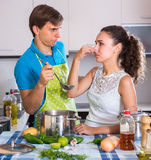 Couples à l'odeur de nourriture d'aversion de cuisine Photo stock