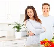 Couples à la cuisine photos stock