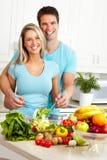 Couples à la cuisine photo stock