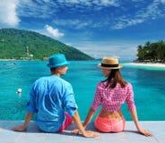 Couples à la jetée de plage Photos stock