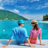 Couples à la jetée de plage Photographie stock