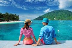 Couples à la jetée de plage Image stock