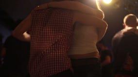 Couples à la lumière de danse banque de vidéos