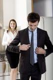 Couples à la maison avant d'aller fonctionner Image libre de droits