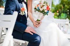 Couples à la mode heureux de mariage Photos stock
