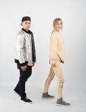Couples à la mode modernes de hippie dans le studio Images stock