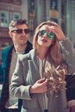 Couples à la mode à la mode se tenant près de la voiture photo libre de droits