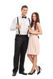 Couples à la mode tenant des verres de vin Photographie stock