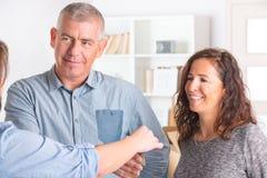 Couples à la nouvelle maison images libres de droits