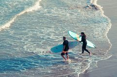 Couples à la plage photographie stock libre de droits