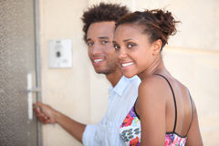 Couples à la porte image stock