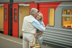 Couples à la station de train Images libres de droits