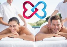 Couples à la station thermale et et aux coeurs enclenchés digitalement produits Photos stock