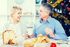 Couples à la table célébrant Noël et la nouvelle année à la maison Photos libres de droits