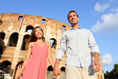 Couples à Rome par Colosseum marchant tenant des mains Photo stock