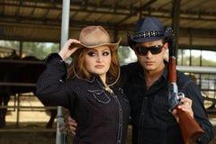 Couples à un cheval stabble photographie stock libre de droits