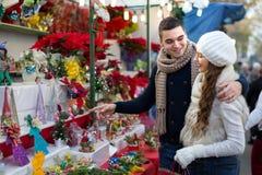 Couples à un marché de Noël Images libres de droits