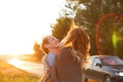Couples à une route de campagne Images libres de droits