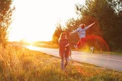 Couples à une route de campagne Photographie stock