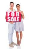 Couples à vendre le signe Image stock