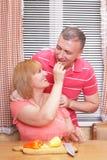 Couples âgés aimants sur la cuisine Images stock