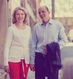 Couples âgés au voyage de vacances Images stock
