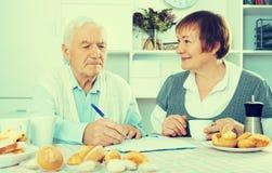 Couples âgés luttant aux bulletins de paie photo libre de droits