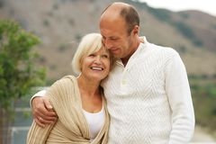 Couples âgés moyens à l'extérieur Photo stock
