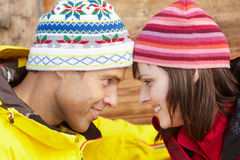 Couples âgés moyens rectifiés pour le temps froid Images stock