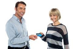 Couples âgés moyens t'affichant la carte d'argent comptant photo libre de droits