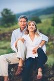 Couples âgés par milieu affectueux heureux Photographie stock libre de droits