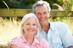 Couples âgés par milieu détendant dans la campagne Image stock