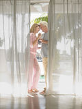 Couples âgés par milieu grillant Champagne Flutes image stock