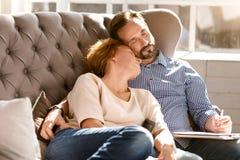 Couples âgés par milieu paisible décontracté se reposant à la maison Photo stock