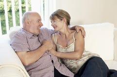 Couples âgés par milieu se reposant sur le divan Photographie stock