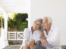 Couples âgés par milieu sur la véranda Photos stock