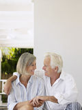 Couples âgés par milieu sur la véranda Images libres de droits