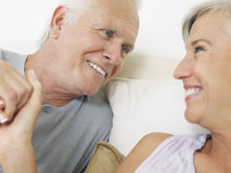 Couples âgés par milieu tenant des mains Images libres de droits