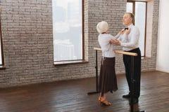 Couples âgés utiles de danse exécutant dans le studio de danse Images libres de droits