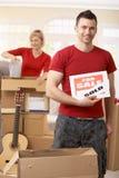 Couples éclatant des cadres dans la nouvelle maison Photo stock