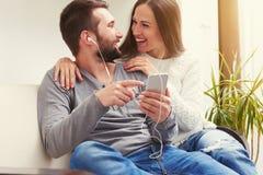Couples écoutant la musique Photo stock