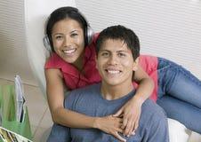 Couples écoutant la musique et l'affichage Images libres de droits