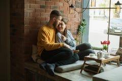 Couples écoutant la musique sur des écouteurs Images stock