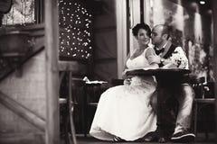 Couples élégants à la table Image stock