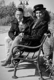 Couples élégants élégants de jeune mode rétros se reposant sur le banc Image stock
