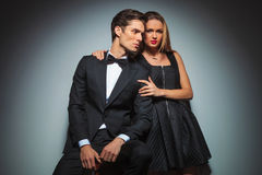 Couples élégants attrayants dans la pose noire embrassée Photo libre de droits