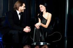 Couples élégants d'amour dans le restaurant de luxe Photographie stock libre de droits